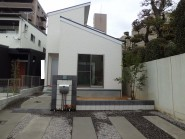 建物の屋根と外壁の色味に合わせたモノトーン外構