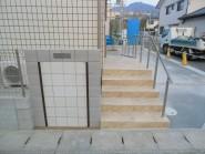 スロープと階段で仕上げた玄関まわり