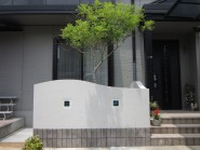 玄関まわりと中庭のリガーデン