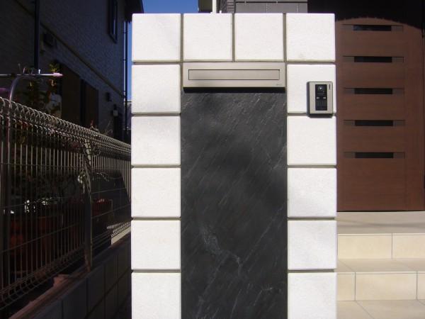 真白いタイルを使った門壁