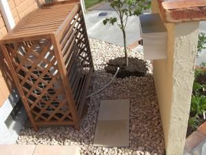 レンガ造りの花壇が迎える家