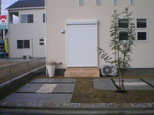 敷地周囲に石貼りでデザインを施した外構
