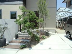 前庭を囲う曲線の壁が印象的な外構