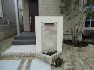 花だん付の門壁とシンプルな坪庭の外構