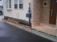 敷地の周囲を石貼りでデザインした外構