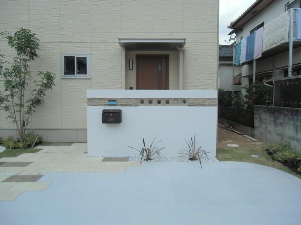 門壁が印象的な外構
