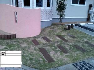 ピンクの塀が印象的な家