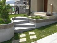 芝生の庭 階段で遊び心を入れて