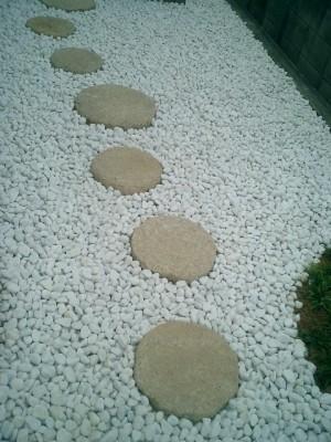 石の存在感で重厚な雰囲気のある和風の庭