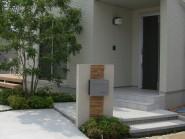 シンプルなデザインの玄関アプローチ