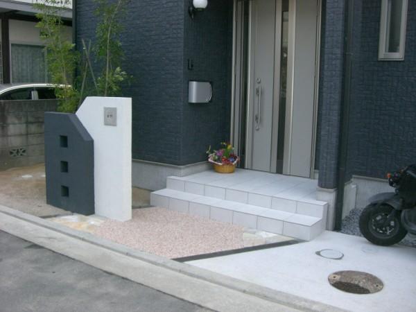 玄関アプローチを斜めにデザイン