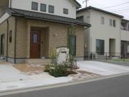 丸く型取られた玄関アプローチデザイン