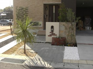 和風な植栽と洋風の植栽を配した個性的な外構