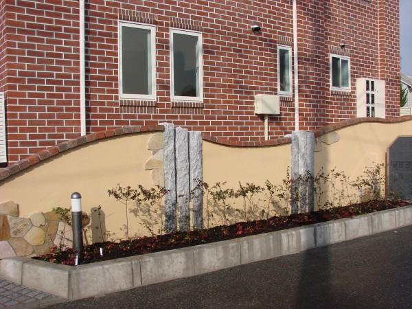 Rの動きで入り口へと視線を誘う壁