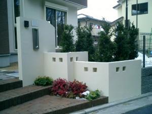 門塀が主役の庭