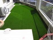 人工芝と舗装で仕上げた高台の裏庭
