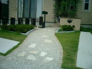 異素材の組み合わせによる遊び心ある庭