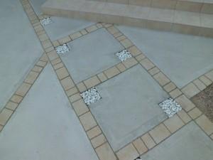 化粧ブロックの門壁とインターで仕上げた前庭