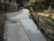 平板とインターロッキングで快適な歩道に仕上げたリガーデン